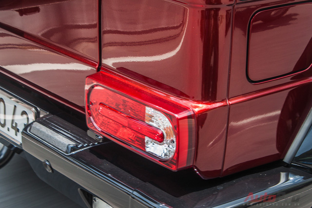 Đèn hậu cũng sở hữu phong cách cổ điển như đèn pha. Kể từ khi được ra mắt lần đầu tiên vào năm 1979, đến nay Mercedes-Benz G63 AMG vẫn đi kèm thiết kế ngoại thất không thay đổi nhiều. Có chăng chỉ là trang bị thêm một số tính năng mới như đèn pha bi-xenon hay dãy đèn LED chiếu sáng ban ngày.