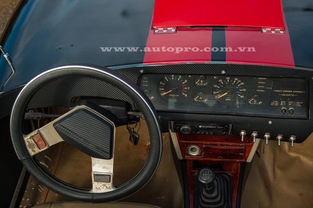 Phần nội thất Shelby Cobra 427 khá xập xệ.