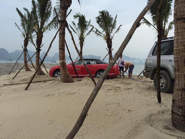 Chiếc xe sang Bentley GTC bị mắc kẹt khi nghịch cát tại Tuần Châu, Quảng Ninh.