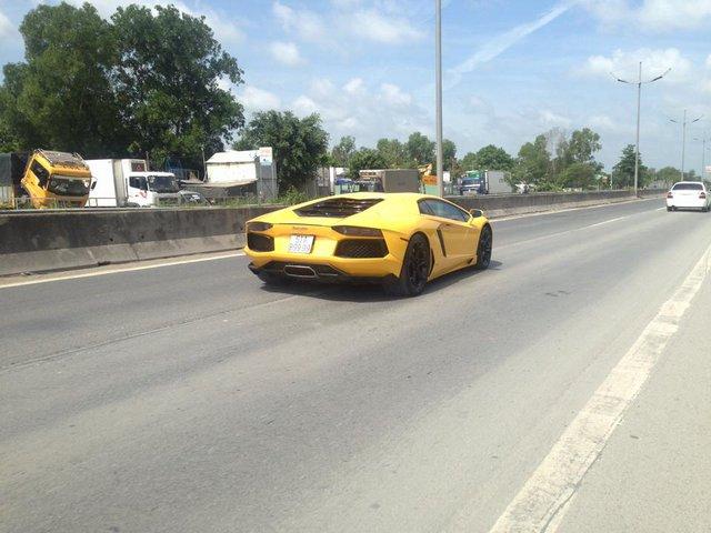 Lamborghini Aventador LP700-4 màu vàng cùng biển số tứ quý 9 cũng tham gia vào buổi dợt xe có một không hai tại trường đua HappyLand.