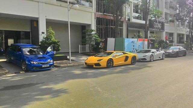 Khoảng 8h sáng ngày 21/8, hai chiếc Lamborghini Aventador LP700-4 màu vàng và Huracan LP610-4 đã có mặt trước ngôi nhà của doanh nhân Nguyễn Quốc Cường hay còn gọi Cường Đô-la để chuẩn bị khởi hành từ Sài Gòn xuống Long An tham gia dợt xe tại trường đua HappyLand.