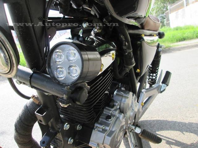 Cặp đèn LED gắn 2 bên hông hỗ trợ cho các chuyến phượt dài trong đêm.