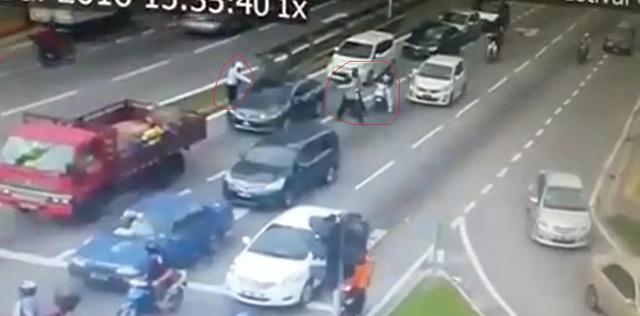 Hai người đàn ông ngồi trên xe máy bắn 16 phát đạn vào bên trong ô tô (khoanh tròn màu đỏ). Ảnh cắt từ video clip.