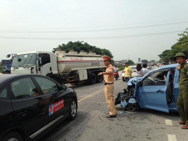 Lực lượng chức năng điều tiết giao thông sau vụ tai nạn.