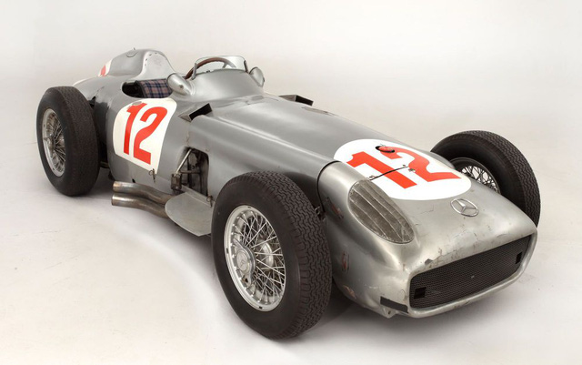 Mercedes-Benz W196 không chỉ sở hữu một thiết kế đặc biệt mà còn sở hữu bộ sưu tập danh hiệu khi chiến thắng 9 trên 12 chặng tham gia trong 2 năm 1954 và 1955.
