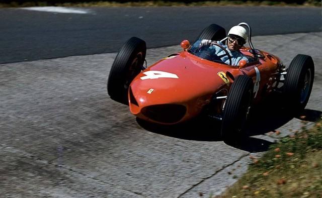 Ferrari 156 hoàn toàn không gây bất ngờ khi lọt vào danh sách Xe đua đẹp nhất mọi thời đại của Car Throttle. Đầu xe gây ấn tượng mạnh với thiết kế lấy cảm hứng từ đầu cá mập.