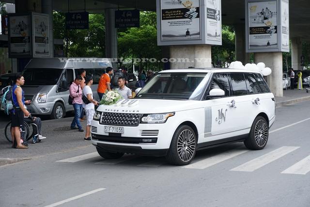 Range Rover Autobiography lịch lãm trong bộ áo trắng muốt tham gia đoán vợ của Minh Nhựa về nước. Tại thị trường Việt Nam, mẫu xe này có giá bán 6,7 tỷ Đồng.