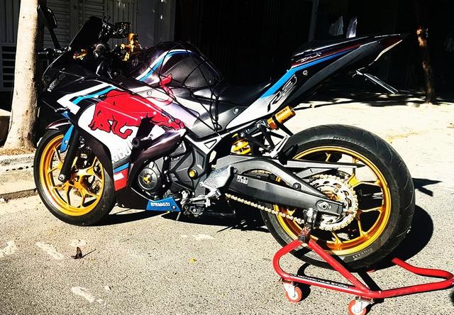 Chú bò tót đỏ nổi bật giữa bộ quây của Yamaha R3, như lao đi theo chiếc xe.