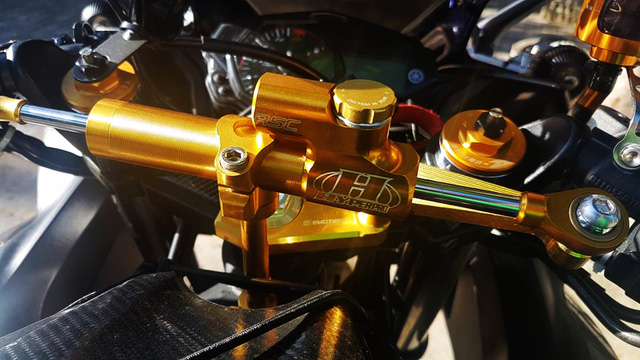 Ngoài bộ cánh mới, Yamaha R3 của biker Đà Nẵng cũng được trang bị thêm nhiều đồ chơi hàng hiệu như trợ lực Hyperpro RSC.