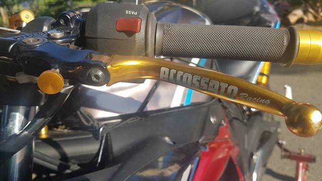 Cùm côn tay cũng là loại của Accossato Racing.