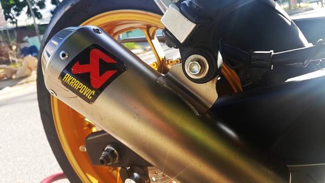 Xe độ tại Việt Nam dường nhưhiếm khi thiếu vắng ống xả Akrapovic cho tiếng nổ dữ dội hơn. Chiếc Yamaha R3 của biker Đà Nẵng cũng không phải ngoại lệ.
