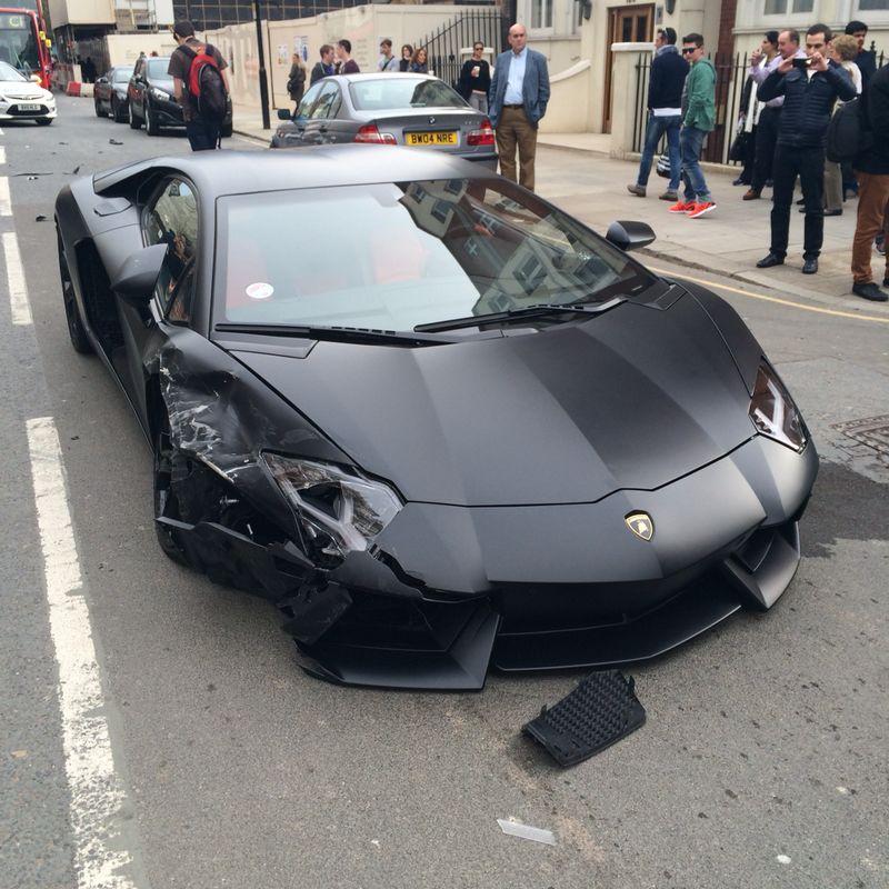 Lamborghini Aventador đen mờ đâm ba xe liên tiếp 3