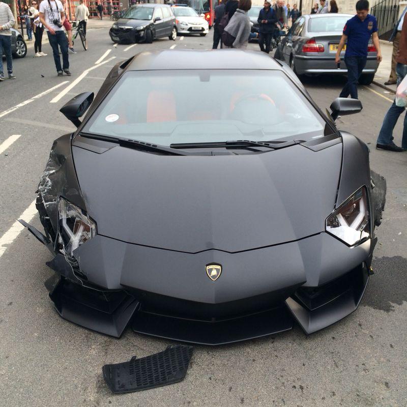 Lamborghini Aventador đen mờ đâm ba xe liên tiếp 4
