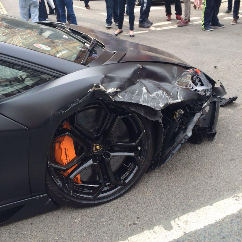 Lamborghini Aventador đen mờ đâm ba xe liên tiếp 5