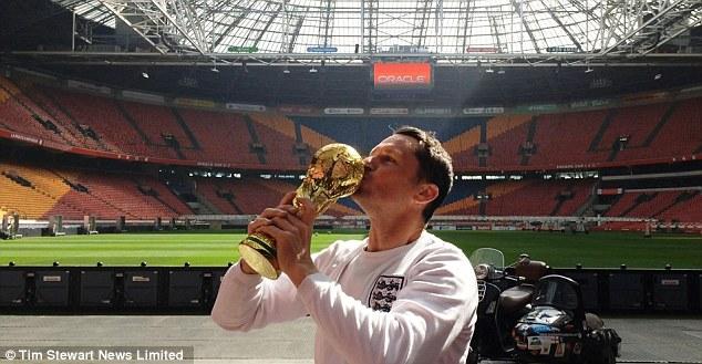 Hành trình 24.000 km trên Vespa sidecar của một fan bóng đá 2