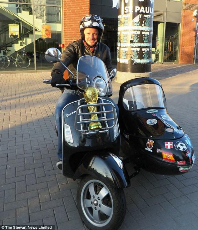 Hành trình 24.000 km trên Vespa sidecar của một fan bóng đá 1