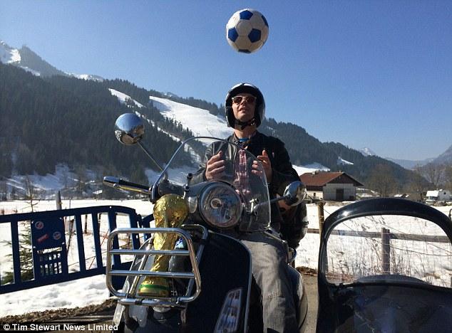 Hành trình 24.000 km trên Vespa sidecar của một fan bóng đá 3