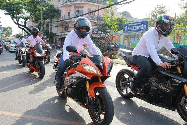 Yamaha R6 màu cam và chiếc mô tô hàng hiếm Triumph Daytona dẫn đoàn.