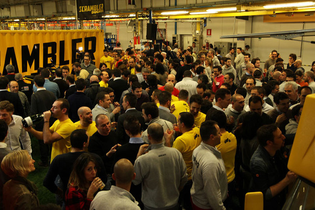 Tiệc chào mừng chiếc Ducati Scrambler đầu tiên xuất xưởng tại Ý được tổ chức trong nhà máy Borgo Panigale.
