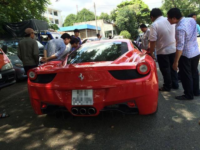 Chiếc siêu xe thu hút sự chú ý của nhiều người.