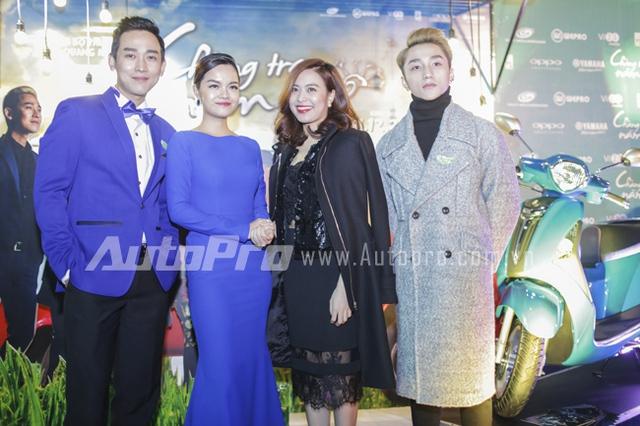 ca sĩ Hoàng Thuỳ Linh đến chung vui với người anh Hứa Vĩ Văn, ca sĩ Phạm Quỳnh ANh và Sơn Tùng M-TP.