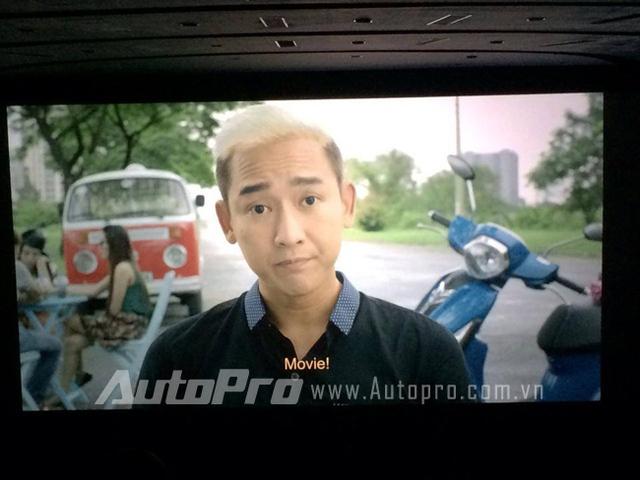 Diễn viên Hứa Vĩ Văn trong một phân cảnh khác cùng Yamaha Grande.