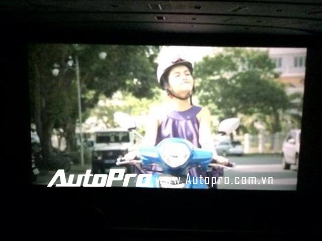 """Một cảnh trong phim """"Chàng trai năm ấy"""" với sự xuất hiện của Phạm Quỳnh Anh và Yamaha Grande."""