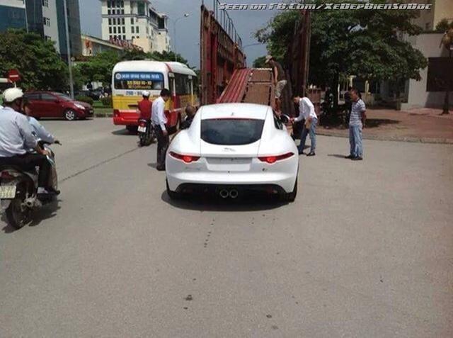Jaguar F-Type Coupe 2014 bị bắt gặp trên đường phố Hà Nội.