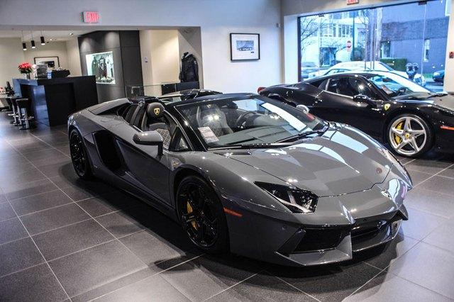 Chiếc siêu xe Lamborghini Aventador Roadster màu xám Grigio Telesto xuất hiện tại một đại lý ở Canada.