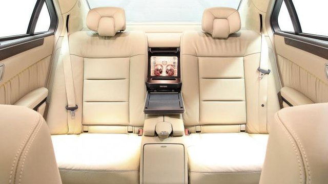 Hàng ghế cuối trong Mercedes-Benz E-Class phiên bản limousine 6 cửa.