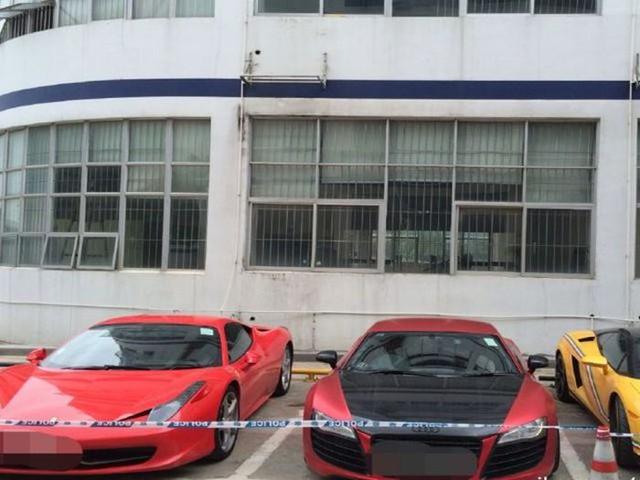 Một chiếc siêu xe Ferrari 458 Italia nằm cạnh Audi R8 trong bãi đỗ của đồn cảnh sát Hồng Kông.