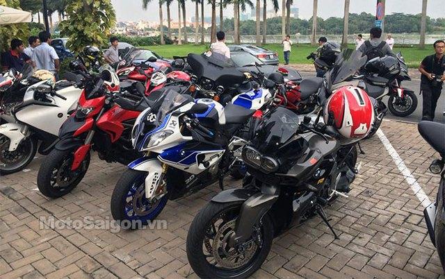 Siêu môtô BMW S1000RR HP4 đứng cạnh Ducati Hyperstrada.