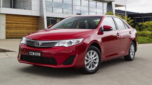 Với chính sách giá mới, Toyota Camry 2.0E vô tình có thêm đối thủ là ToyotaCorolla Altis 2014 2.0V