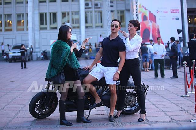 Trương Ngọc Ánh, Trang Trần cùng nhau trêu đùa Kim Lý bên chiếc xe Ducati Diavel