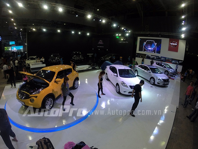 Nhóm nhảy đang tổng duyệt tại gian trưng bày Nissan.