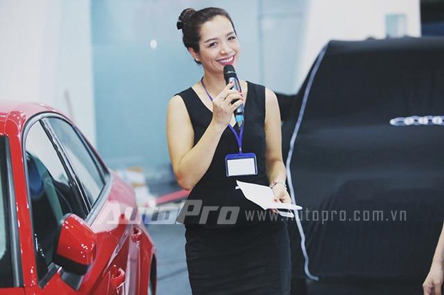 Người mẫu Thúy Hạnh chỉ đạo diễn thời trang của chương trình thời trang Audi.