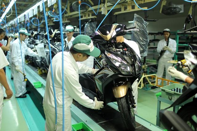 Kỹ thuật viên lắp ráp phần vỏ nhựa của xe.