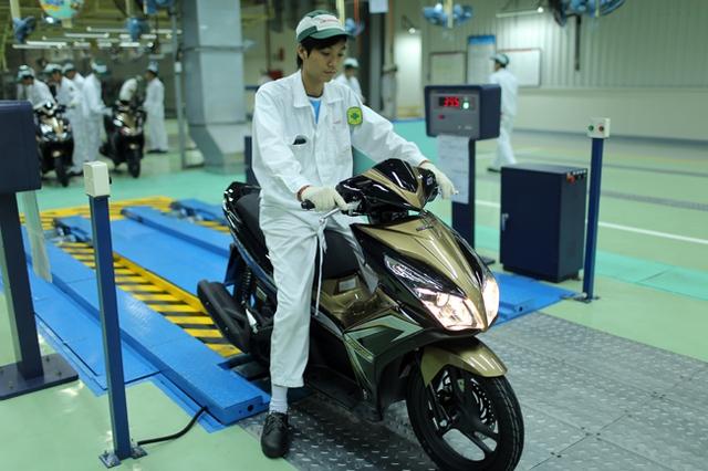 Để có thể hoàn thiện, mỗi chiếc xe máy phải trải qua các bước kiểm tra kỹ thuật về phanh, tốc độ, đèn,... với máy đo để đảm bảo tính chính xác.