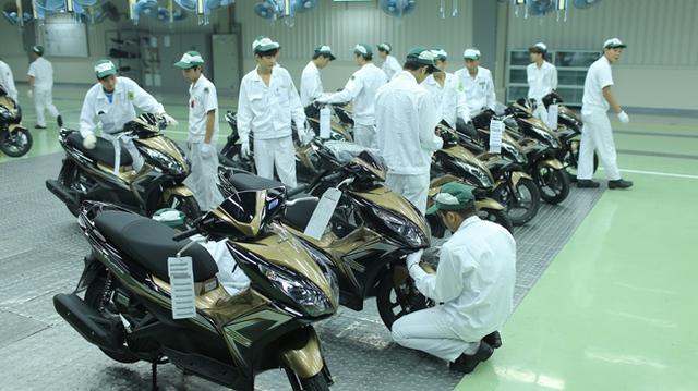 Sau khi xe máy đã qua tất cả các vòng kiểm tra, kỹ thuật viên tiến hành check lần cuối để đưa xe ra đường chạy thử.