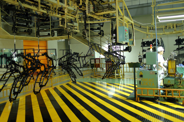 Hệ thống dây chuyền tự động vận chuyển các chi tiết của xe máy trong nhà máy.