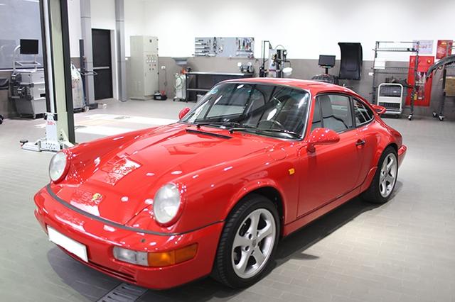 Thiết kế mang tính khí động học của dòng xe thể thao thời bấy giờ vẫn mang lại vẻ đẹp khó cưỡng lại cho Porsche Carrera 4.