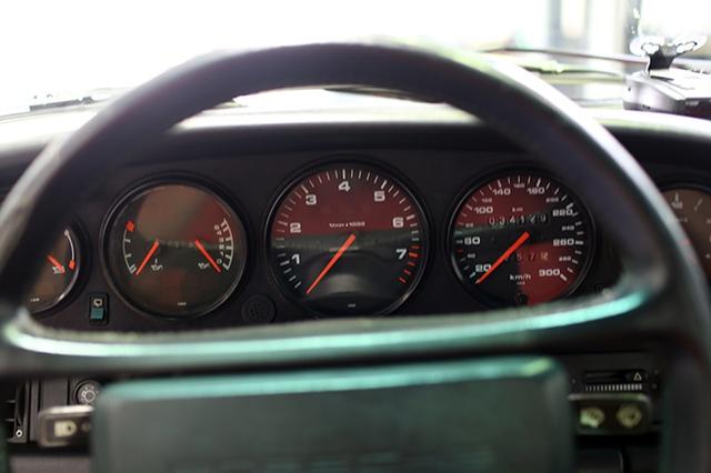 Mặt đồng hồ đơn giản nhưng đầy đủ thông số cần thiết cho người lái xe.