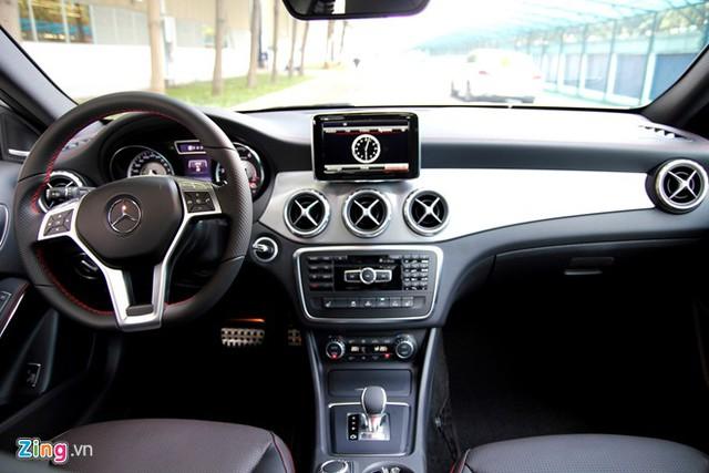 Tuy là chiếc xe nhỏ nhưng GLA có vị trí ngồi khá cao nên tầm quan sát rộng. Những trang bị an toàn chủ động được trang bị trên xe bao gồm hệ thống cân bằng điện tử ESP giúp tránh hiện tượng hụt tay lái khi vào cua tốc độ cao, nhờ vậy cảm giác lái chính xác hơn. Hệ thống chống bó cứng phanh ABS, trợ lực phanh khẩn cấp BAS, chống trượt khi tăng tốc ASR là những công nghệ tiên tiến đều được trang bị trên dòng xe này.