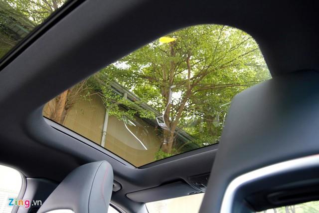 Hệ thống điều khiển âm thanh COMAND độc quyền của Mercedes cũng được trang bị trên chiếc xe này, bao gồm đầu đọc DVD, màn hình độ phân giải cao, radio, đầu đọc thẻ SD, ổ cứng dung lượng 10 GB, kết nối Bluetooth; trình duyệt Internet và chức năng điều khiển bằng giọng nói. Xe trang bị hệ thống âm thanh Harman Kardon 12 loa, công suất 450 watt.