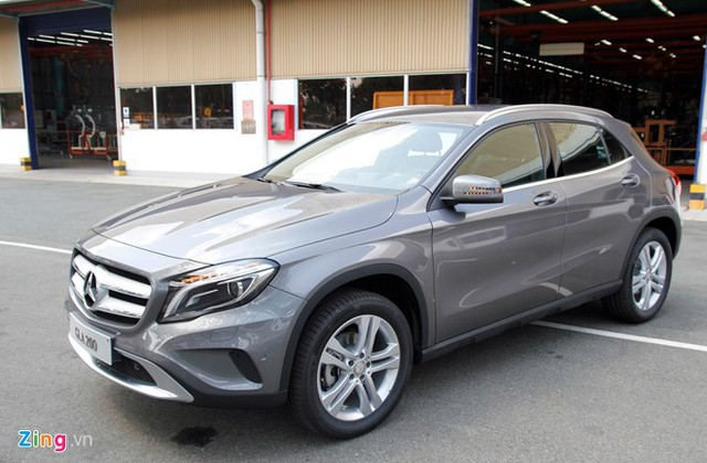 Không khô cứng như những chiếc SUV truyền thống, GLA được dập nổi những gờ dập nổi dọc thân xe và nắp ca-pô. Đây là mẫu xe được thiết kế theo ngôn ngữ 'Sensual Purity' (Sự thuần khiết gợi cảm), một xu hướng mà Mercedes đang theo đuổi, thể hiện trên hầu hết những dòng xe mới của hãng.