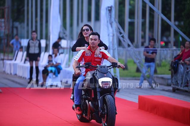 Trương Ngọc Ánh được đưa đón trên chiếc xe Ducati Diavel