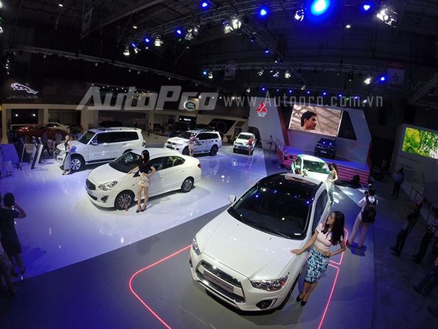 Mitsubishi với màn tổng duyệt người mẫu bên cạnh những chiếc xe của mình.