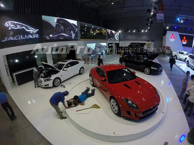 Gian hàng Jaguar vẫn đang được thi công hoàn thiện.