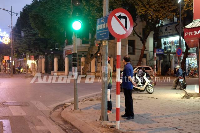 Biển cấm rẽ trái đặt bên phải lề đường Nguyễn Thái Học.