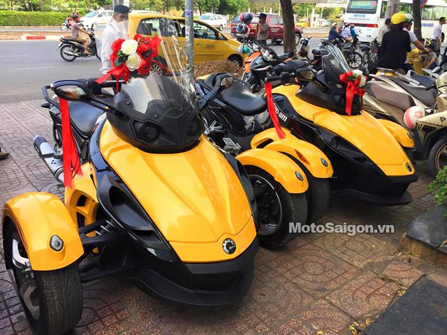 Cặp đôi xe Can-Am Spyder màu vàng nổi bật.